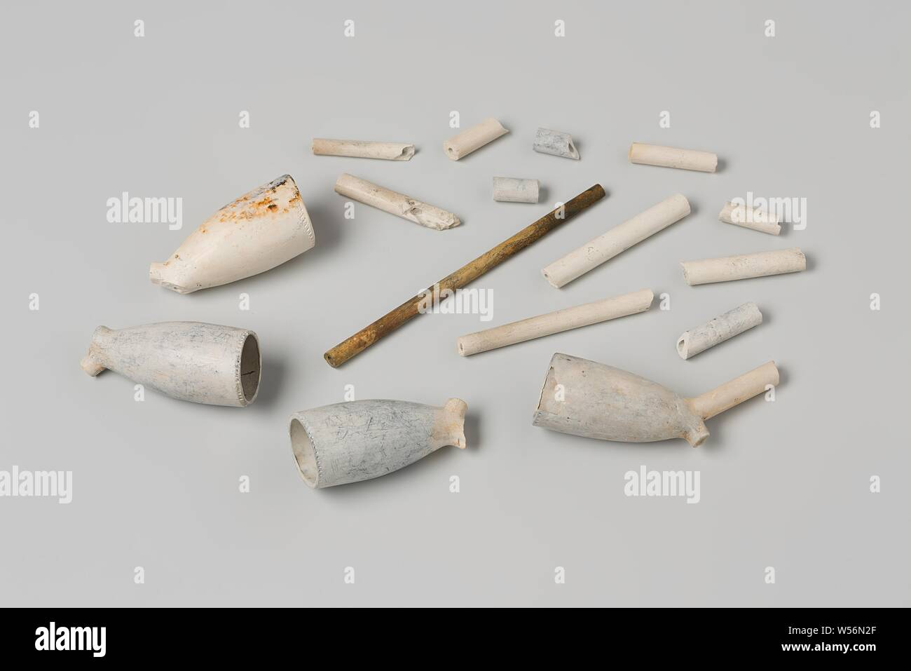 Fragments of pipe heads and pipe stalks from the wreck of the East Indies sailor 't Vliegend Hart, Four heads of earthen Gouda pipes: three heel-crowned WS (one of which with a piece of stem) that is blue-white color. And one head with heel mark crowned 67 that has turned yellowish. Twelve pieces of steel, Dutch East India Company, 't Vliegend Hart (ship), WS, Gouda, 1728 - 2-Mar-1735, pipe clay, l 7 cm × w 2.1 cm × d 3 cm × l 1.7 cm × d 0.5 cm Stock Photo