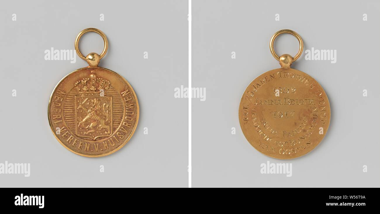 Dutch Association of Housewives, Silver Medal to Eye and Ring, donated to Janna Beunk for twenty-five years of loyal service with the Van Oordt family until Bunschoten van Oosten, v..z .: crowned weapon with Dutch lion in horizontally shaded circle with inscription. Reverse: engraved inscription. Marked, on edge: (unreadable), Janna Beunk, Oordt to Bunschoten-van Oosten (fam.), VAN OORDT TOT BUNSCHOTEN, VAN OOSTEN', Nederlandse Vereniging van Huisvrouwen, Netherlands, 1917, silver (metal), gilding (material), gilding, d 3.6 cm × d 3 cm × d 2.6 cm × w 6.44 Stock Photo