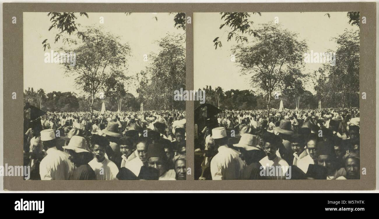 Ned. Indie, Borneo, crowd on square in park, anonymous, 1910 - 1930 Stock Photo