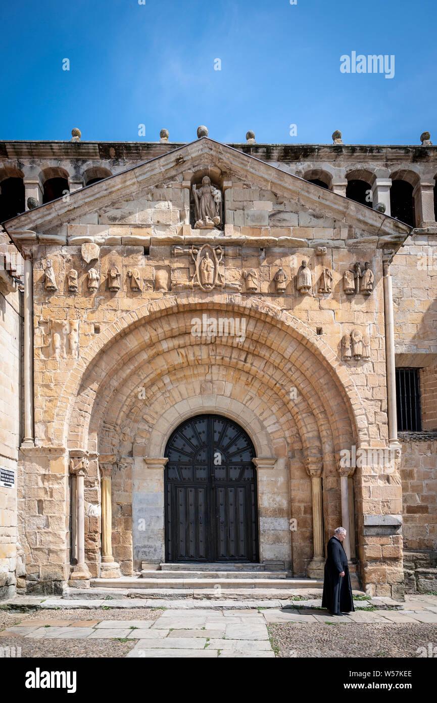 The collegiate church of Santa Juliana de Santillana del Mar (Cantabria, Spain), to which this Cantabrian town (Sant Iuliana - Santillana) owes its na Stock Photo