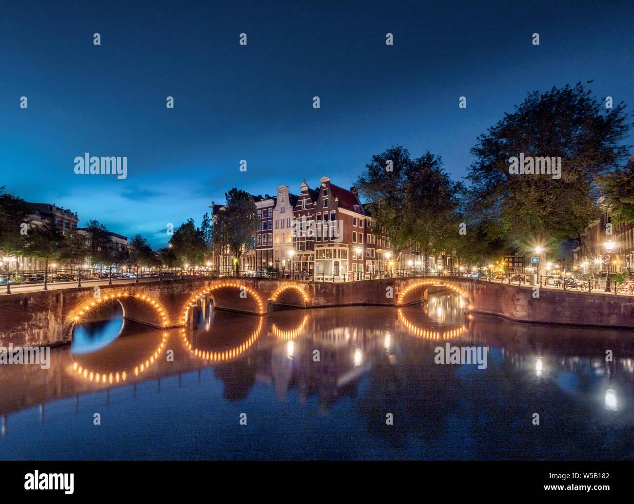 Abendstimmung, Kanal mit Brücke, Keizersgracht und Leidsegracht, Gracht mit historischen Häusern, Amsterdam, Nordholland, Niederlande Stock Photo
