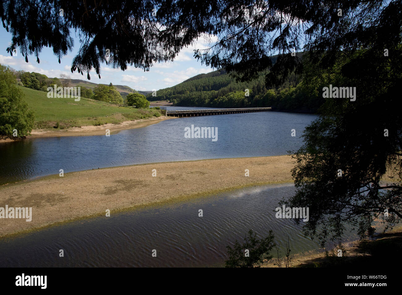 Low water level in the Ladybower Reservoir, the largest (holding 6300 million gallons) of three water storage reservoirs in the Derwent Valley, Peak D Stock Photo