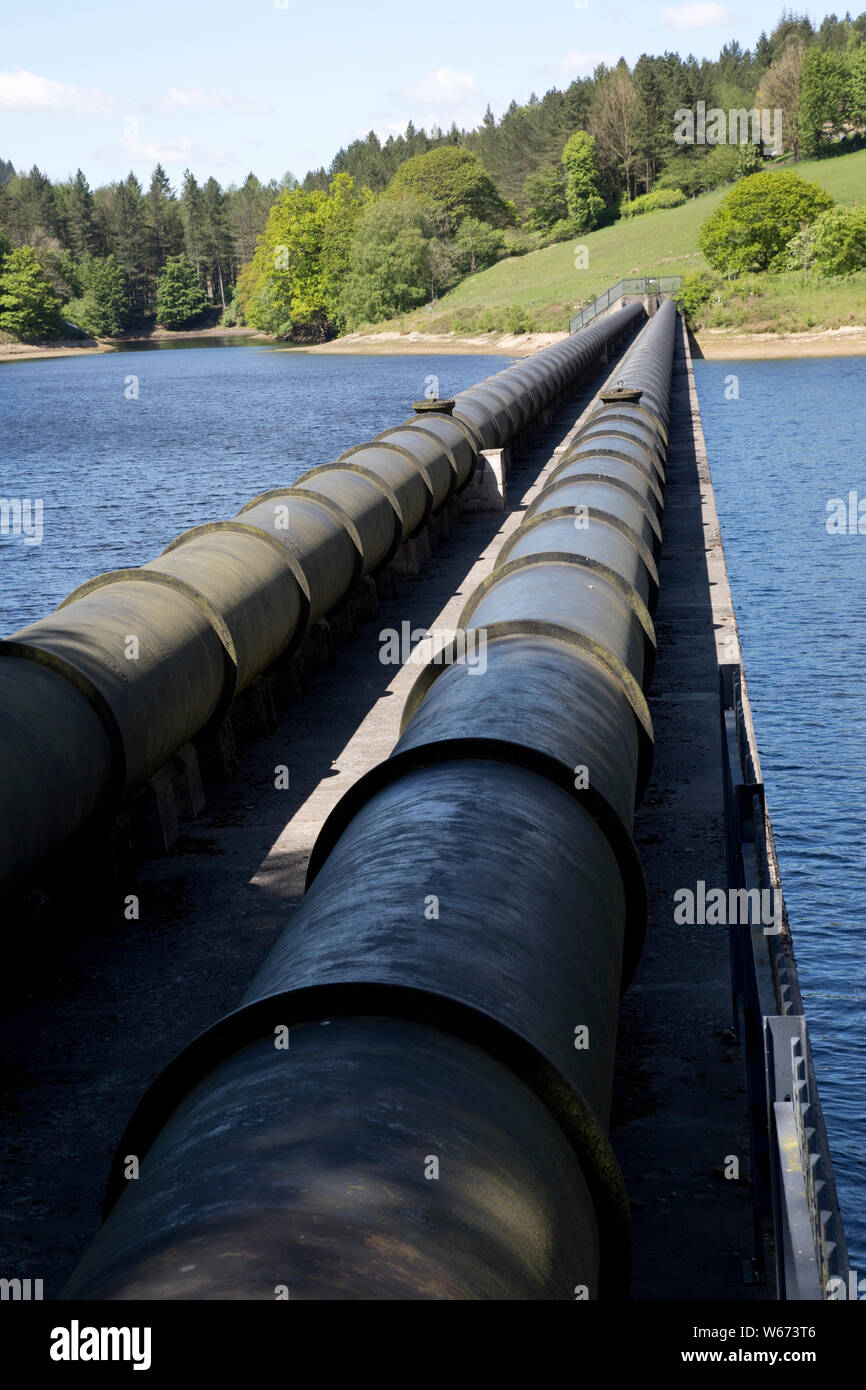 Twin pipe aqueduct at Ladybower Reservoir, the largest (holding 6300 million gallons) of three water storage reservoirs in the Derwent Valley, Peak Di Stock Photo