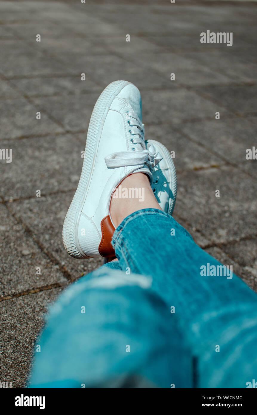 weiße sneaker Stock Photo