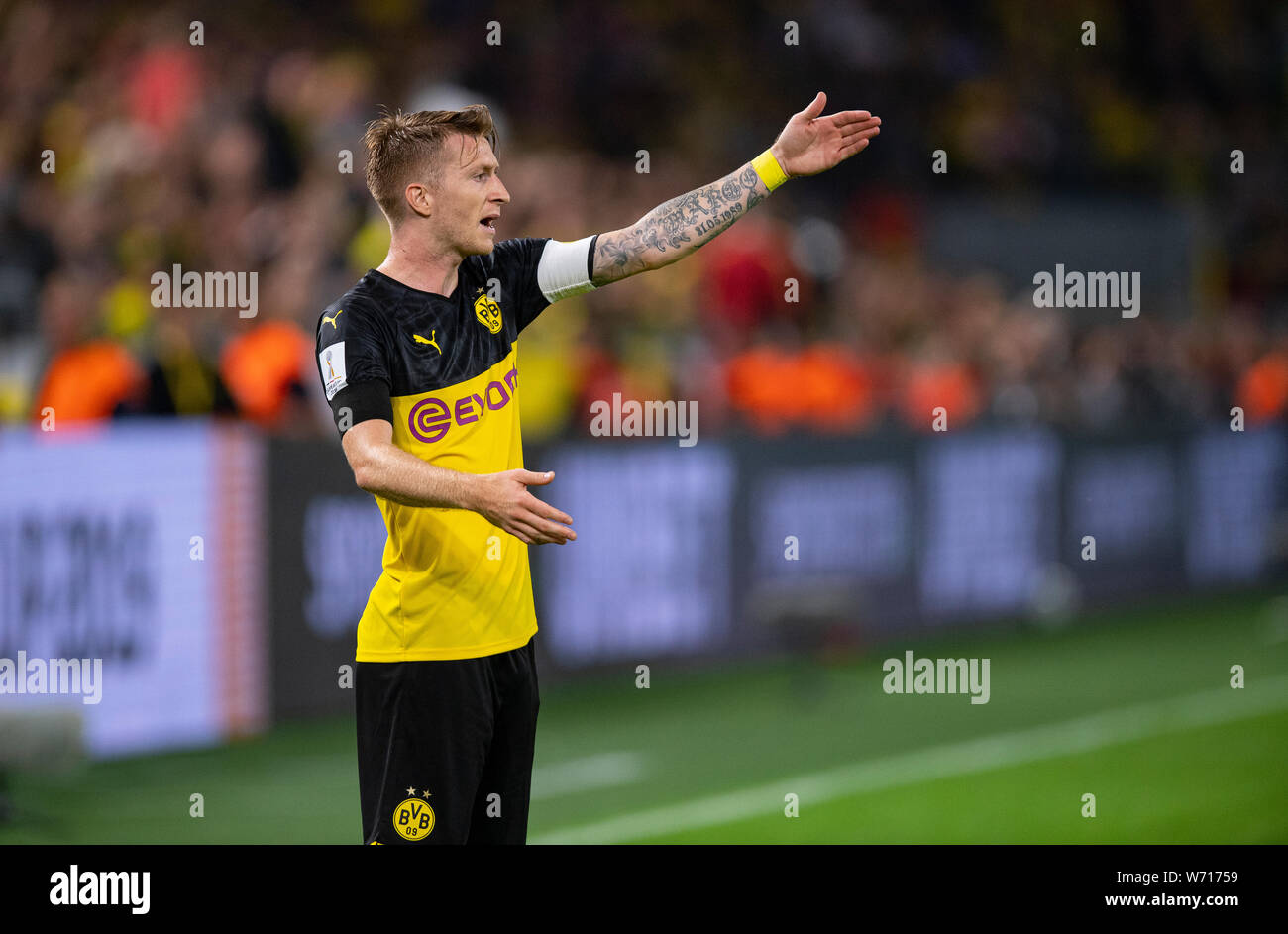 03 August 2019, North Rhine-Westphalia, Dortmund: Soccer: DFL Supercup, Borussia Dortmund - Bayern Munich in Signal Iduna Park. Dortmund's Marco Reus gives instructions to his teammates. Photo: Guido Kirchner/dpa - IMPORTANT NOTE: In accordance with the requirements of the DFL Deutsche Fußball Liga or the DFB Deutscher Fußball-Bund, it is prohibited to use or have used photographs taken in the stadium and/or the match in the form of sequence images and/or video-like photo sequences. Stock Photo