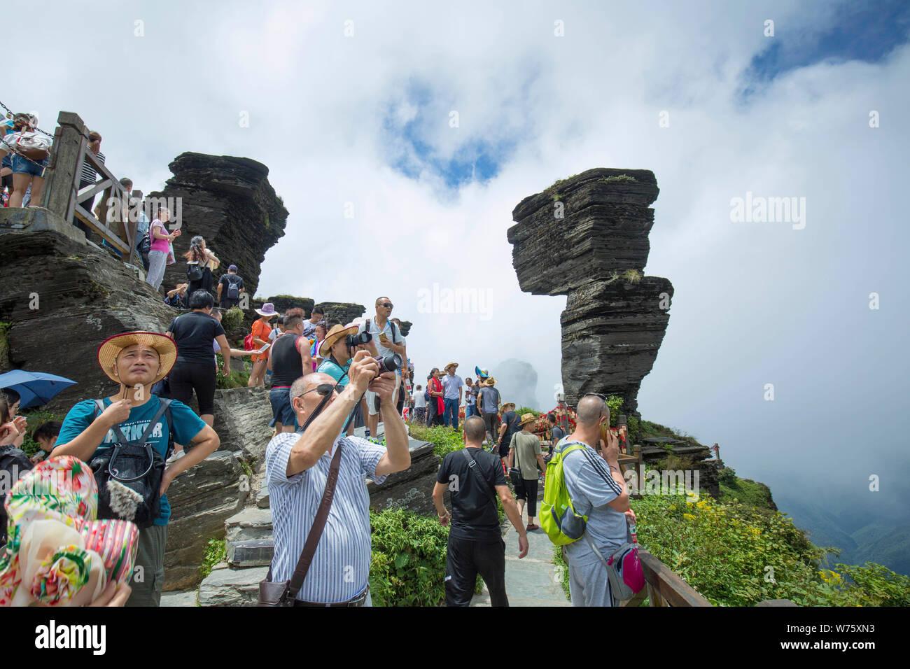 190805) -- BEIJING, Aug  5, 2019 (Xinhua) -- Tourists visit