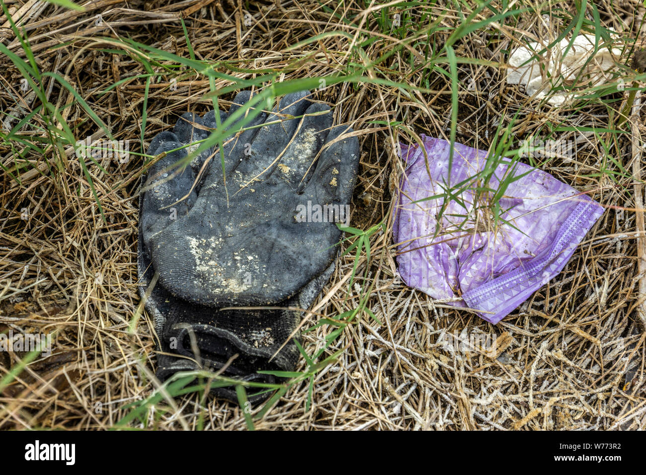Items left behind by migrants crossing the Rio Grande river from Mexico into America. Roman, Texas, USA Stock Photo