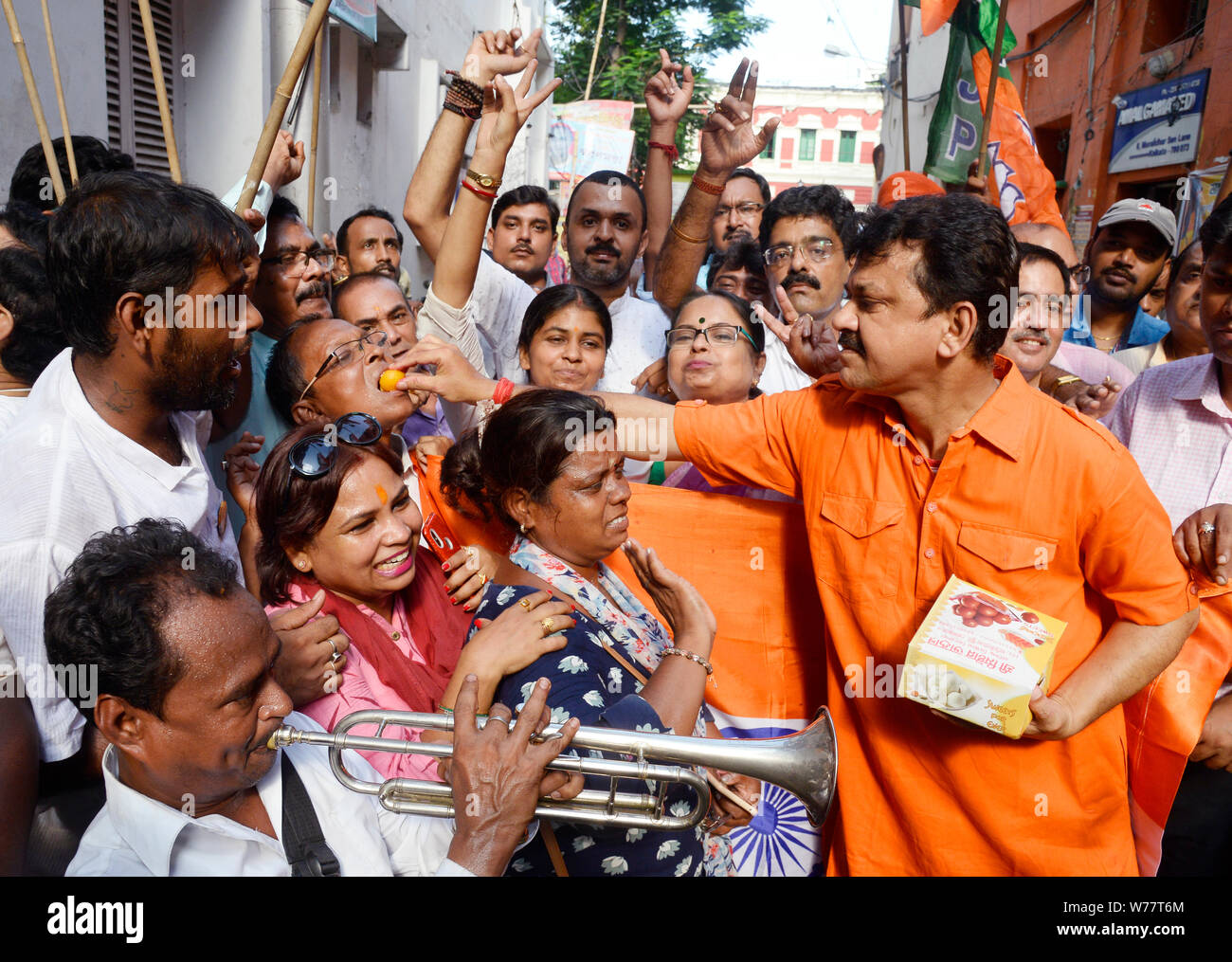 Kolkata, India. 05th Aug, 2019. Bharatiya Janta Party or BJP activists celebrate the Union Government moves to revoke Article 370 which give special status to Jammu and Kashmir. Credit: Saikat Paul/Pacific Press/Alamy Live News Stock Photo