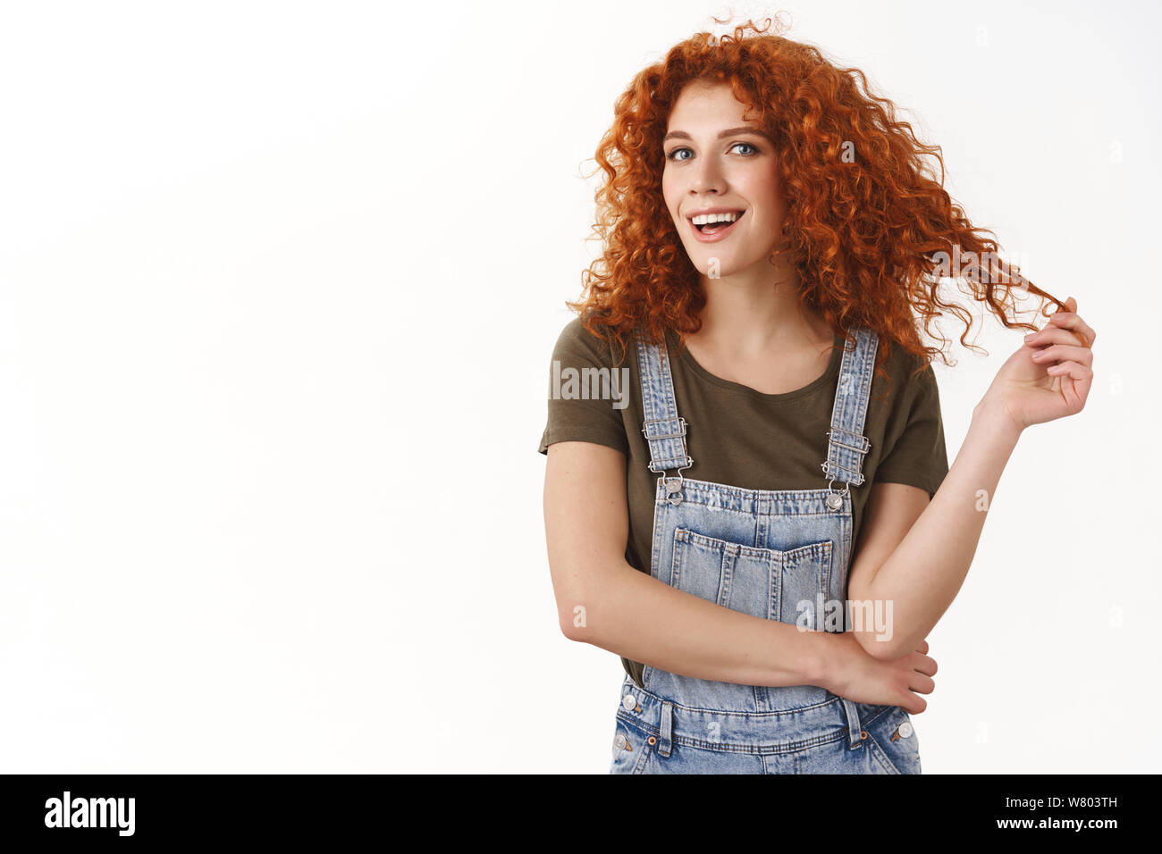 Confident empowered good-looking redhead curly-haired girl, cross arms and smiling self-assured at camera, know her work, giving professional vibes, s Stock Photo