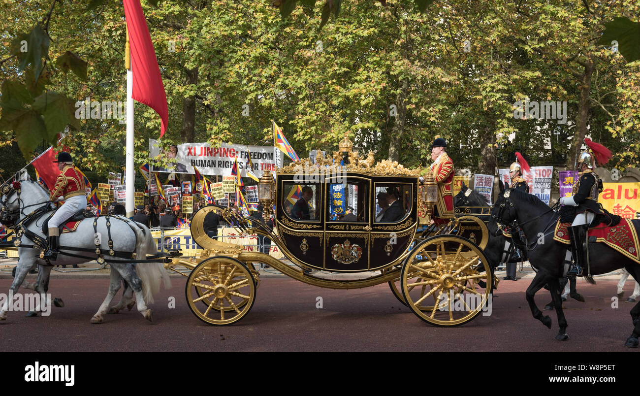 The Mall, London, UK. 20th October, 2015. Chinese President Xi Jinping together with the Queen ride past anti Chinese protesters as they make their wa Stock Photo