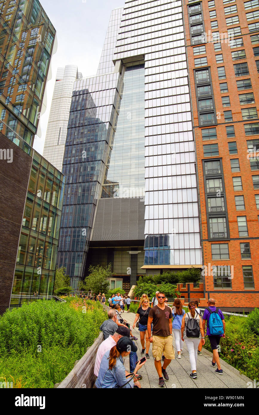 The High Line Park in Manhattan (Hudson Yards) with locals and tourists. The High Line is a popular linear park built on the elevated train tracks abo Stock Photo