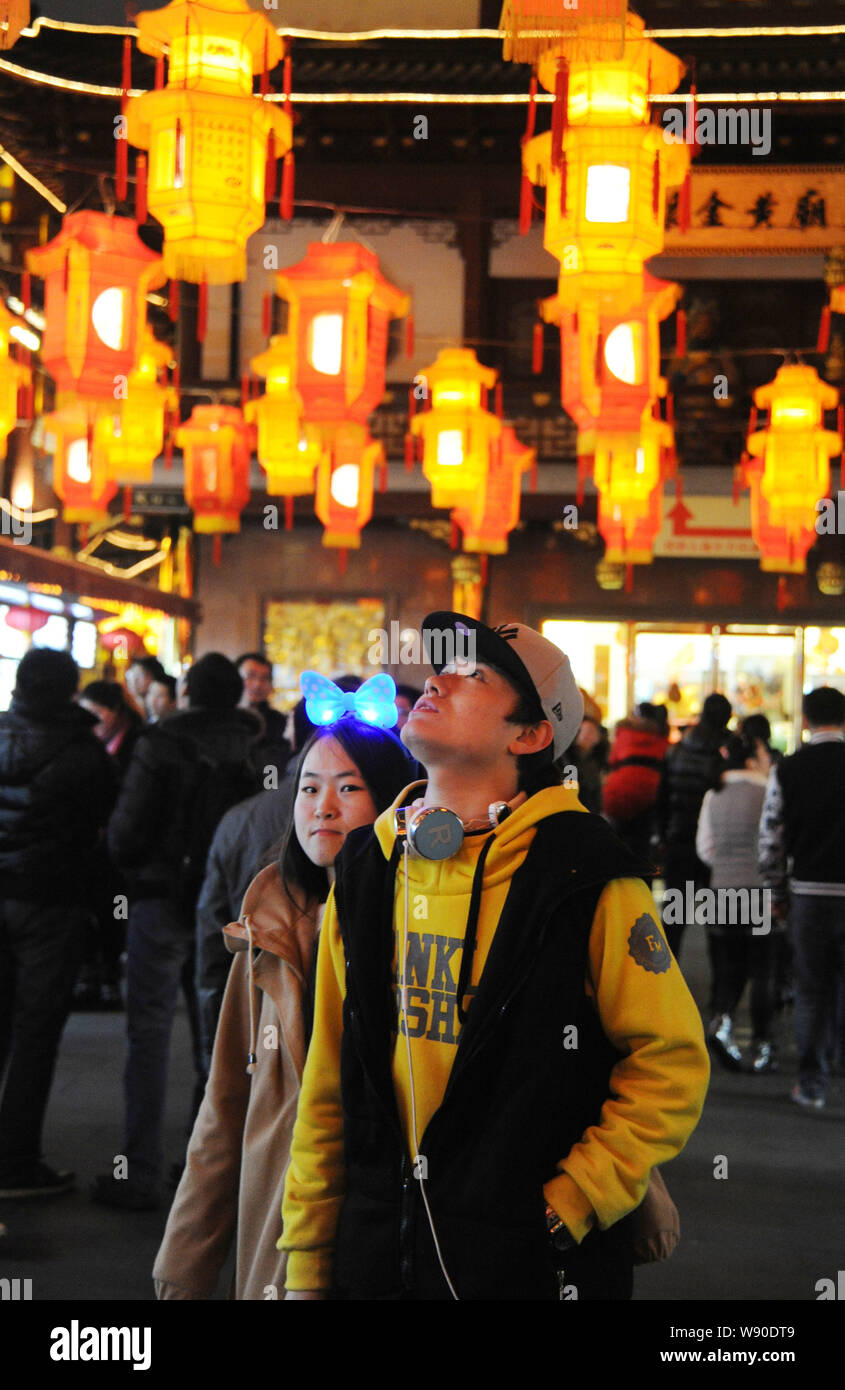 A Couple Enjoy Lanterns On The Eve Of The Lantern Festival At The Yuyuan Garden In Shanghai China 13 February 2014 To Light Lanterns Or Romance Stock Photo Alamy
