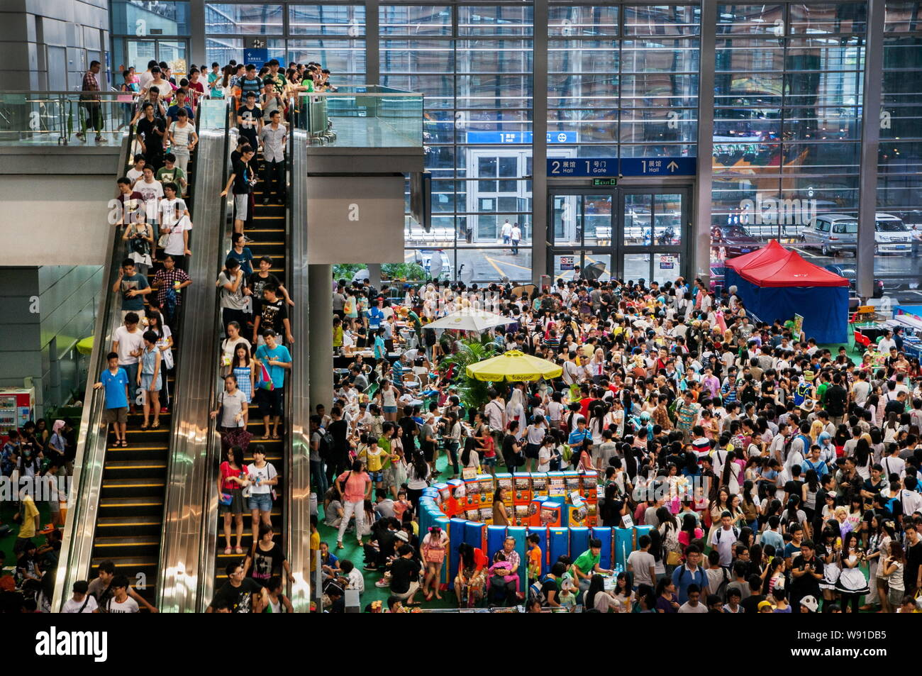 --FILE--Visitors crowd at a exhibition center during an animation expo in Shenzhen, southeast Chinas Guangdong province, 20 July 2013.   A US travel m Stock Photo