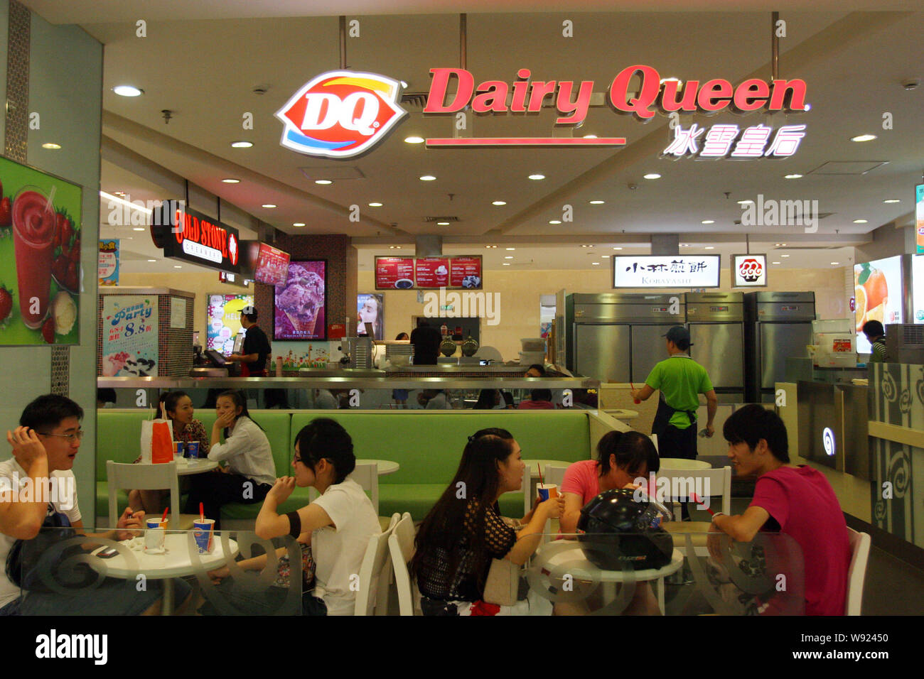 FILE--Customers eat at a branch of Dairy Queen in Shanghai, China, 30  August 2012. Private-equity firms are looking to satisfy the appetites of  Ch Stock Photo - Alamy