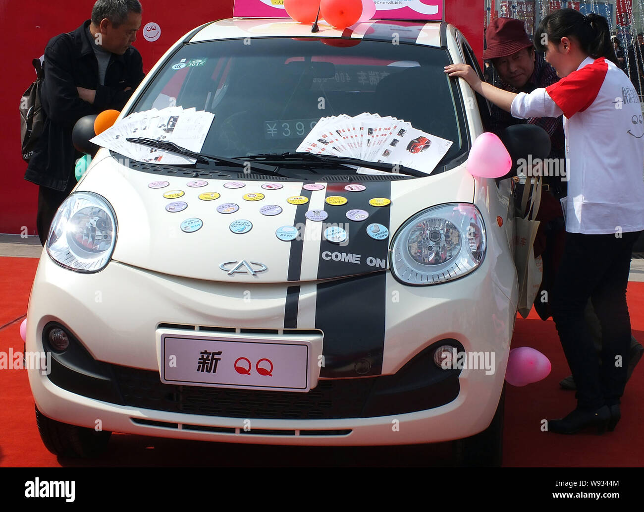 File Visitors View A Chery Qq During An Auto Show In Yichang City Central Chinas Hubei Province 13 April 2013 In The Latest Sign Of Increased Stock Photo Alamy