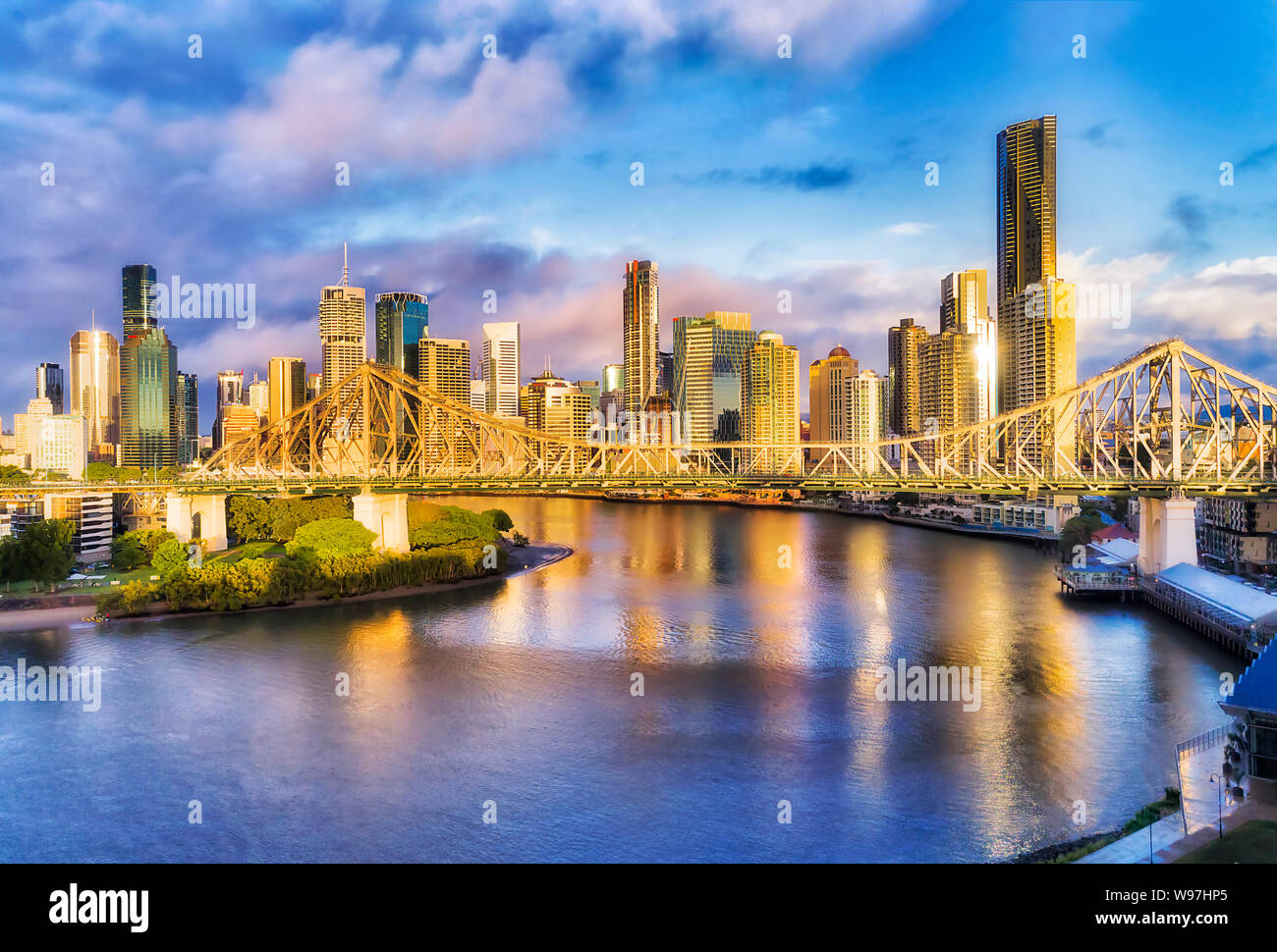 Story bridge across Brisbane river in front of Brisbane ...