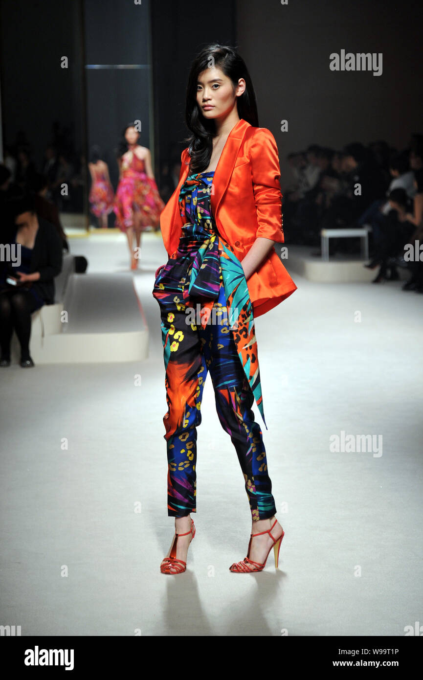 Chinese Model Xi Mengyao Parades To Show The New Collections