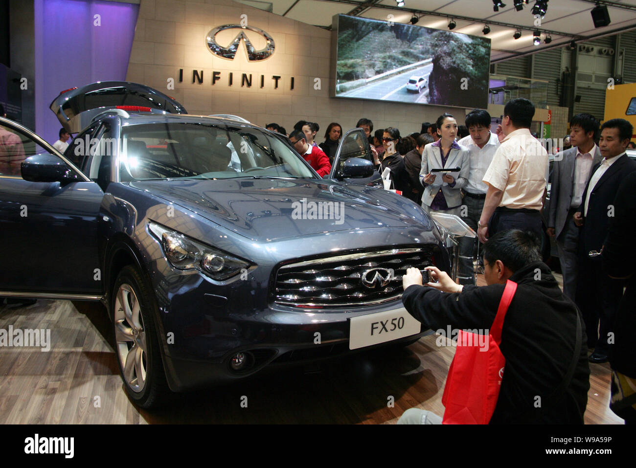 Nissan Luxury Brand >> File Visitors Look At An Infiniti Fx50 Of Nissan During An