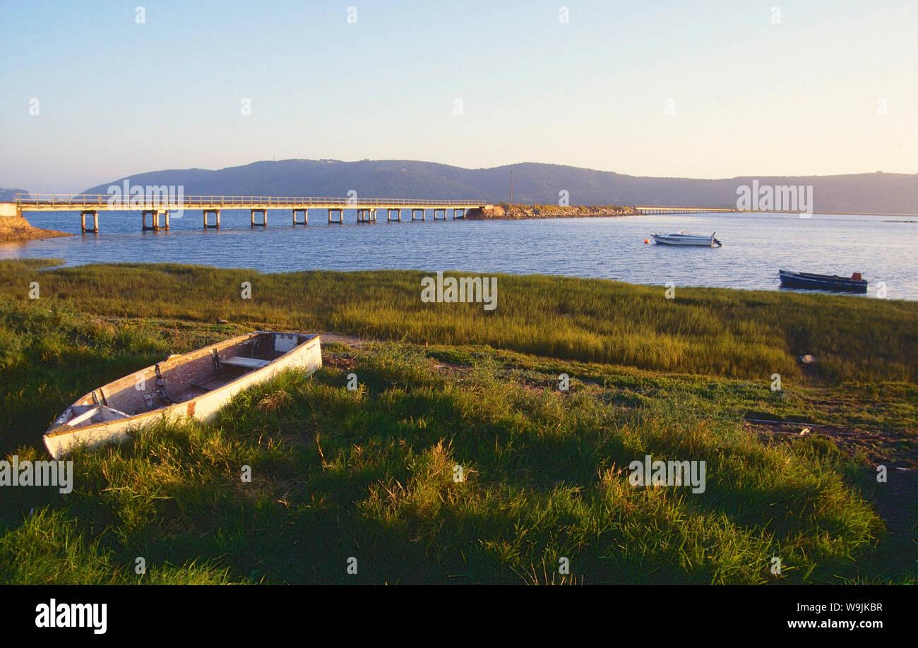 Knysna river, Fluss, Boote. Eisenbahnbrücke, Hügel, Knysna, Garden Route, Westkap-Provinz, Südafrika, 30070998 Stock Photo