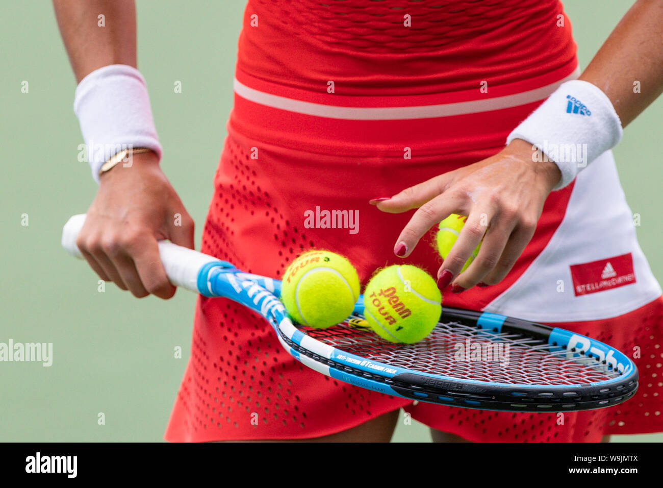 Mason, Ohio, USA. 13th Aug, 2019. Garbine Muguruza (ESP) selects balls for play during Tuesday's round of the Western and Southern Open at the Lindner Family Tennis Center, Mason, Oh. Credit: Scott Stuart/ZUMA Wire/Alamy Live News Stock Photo