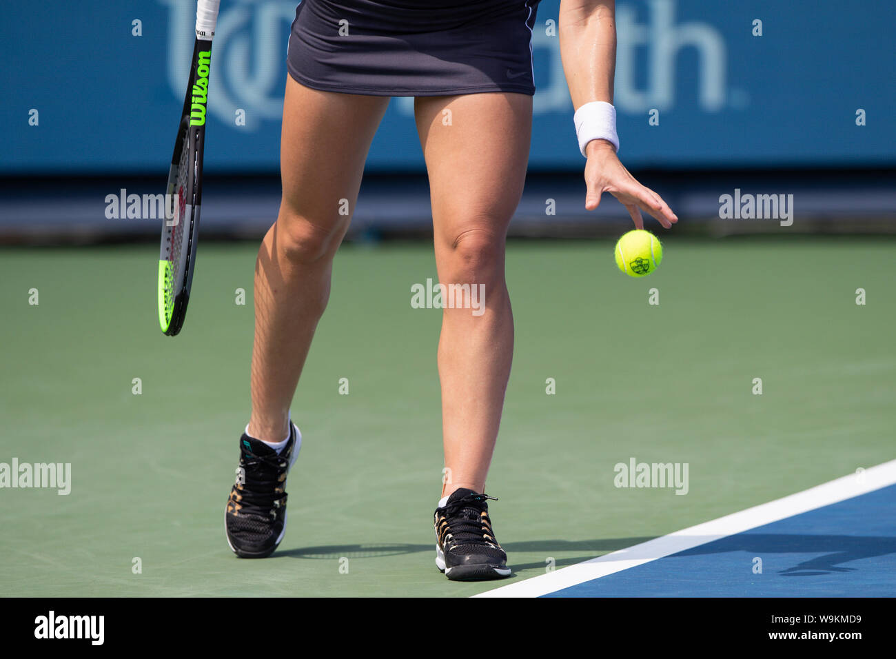 Mason, Ohio, USA. 14th Aug, 2019. Simona Halep (ROU) prepares to serve during Wednesday's round of the Western and Southern Open at the Lindner Family Tennis Center, Mason, Oh. Credit: Scott Stuart/ZUMA Wire/Alamy Live News Stock Photo