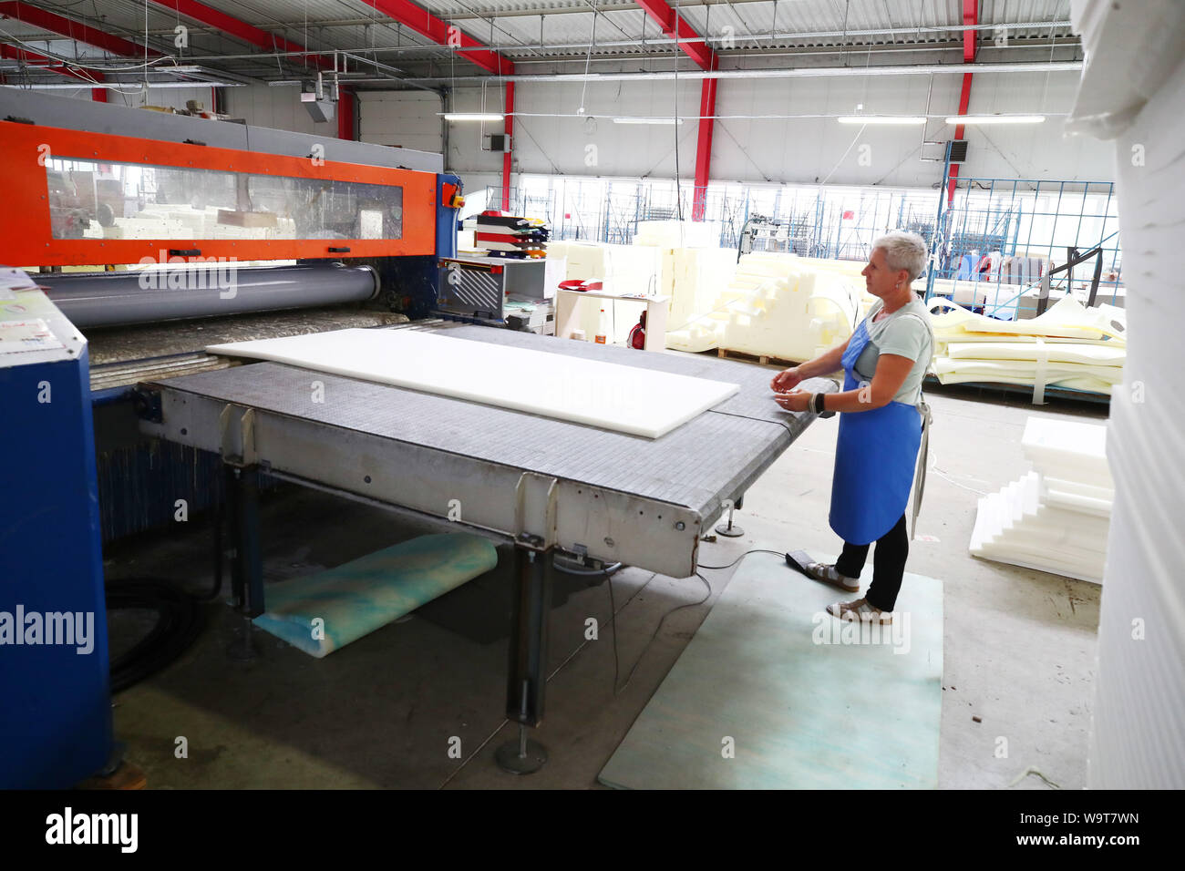 Weida Germany 15th Aug 2019 An Employee Stands At A Machine For The Production Of Foam