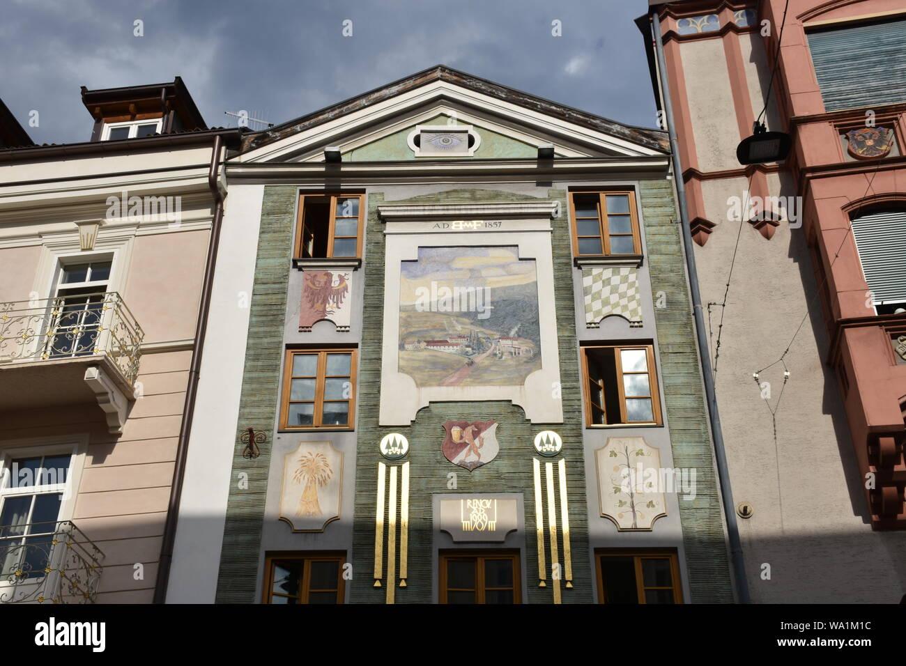Meran, Südtirol, Kirche, Kirchturm, Zentrum, Stadtzentrum, Bürgerhaus, Bozner Tor, Stadttor, Uhr, Turmuhr, Wahrzeichen, Fresko, Heilige, Italien, Kurs Stock Photo
