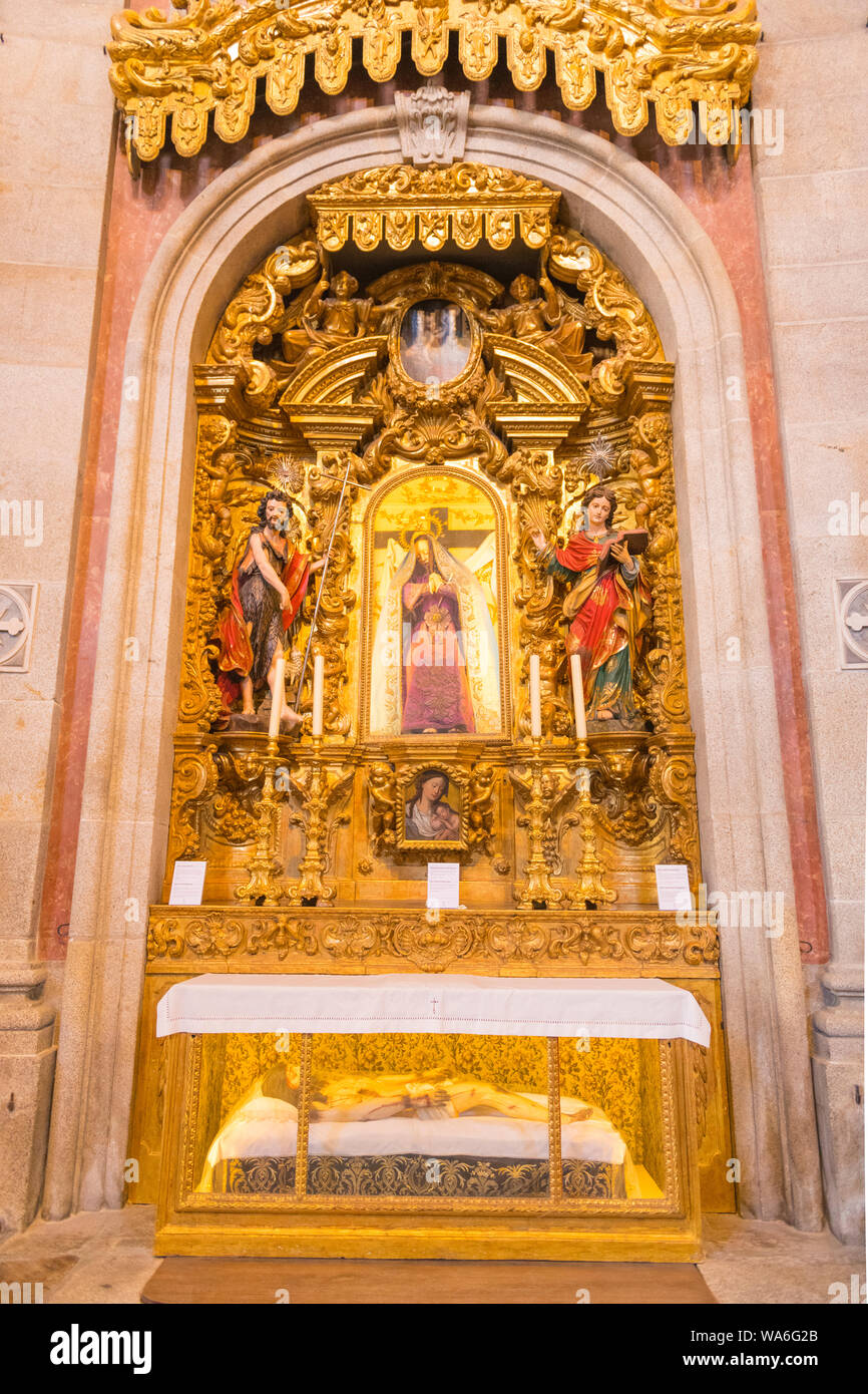 Portugal Oporto Porto Igreja dos Clérigos Church of the Clergy interior gold gilt figures statues chapel apse picture Our Lady of Sorrows Stock Photo