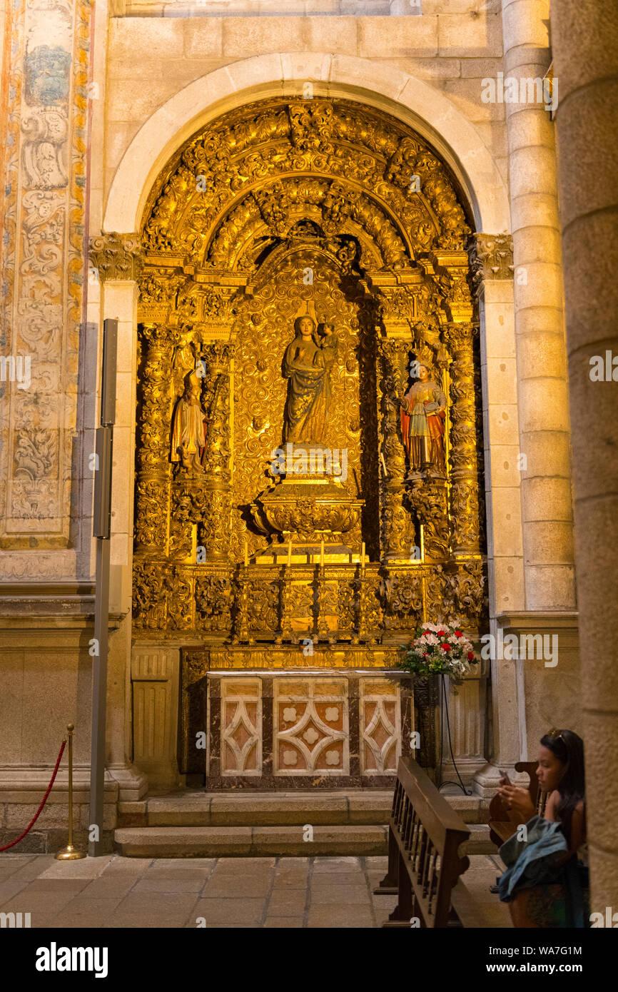 Portugal Oporto Porto Sé do Porto Sé Cathedral 16th century Capela São Vicente St Vincent's Chapel interior inside gold gilt figure figures Stock Photo