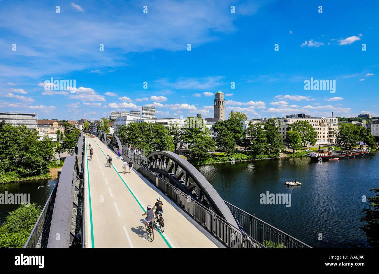 Muelheim an der Ruhr, Ruhr area, North Rhine-Westphalia, Germany - Bicycle highway, Ruhr RS1 express way, leads in Muelheim on a former railway bridge Stock Photo