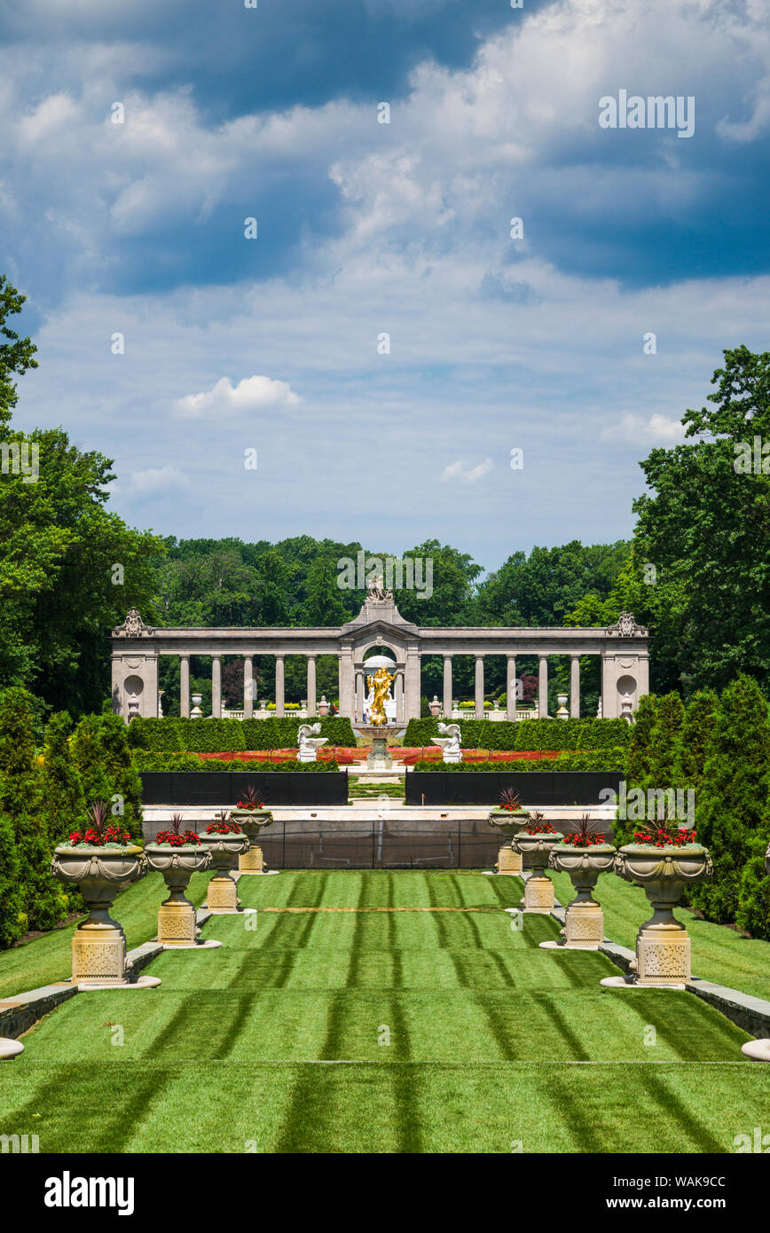 USA, Delaware, Wilmington. Nemours Estate, former home of industrialist Alfred I. DuPont and family. French gardens, The Long Walk and Colonnade Stock Photo