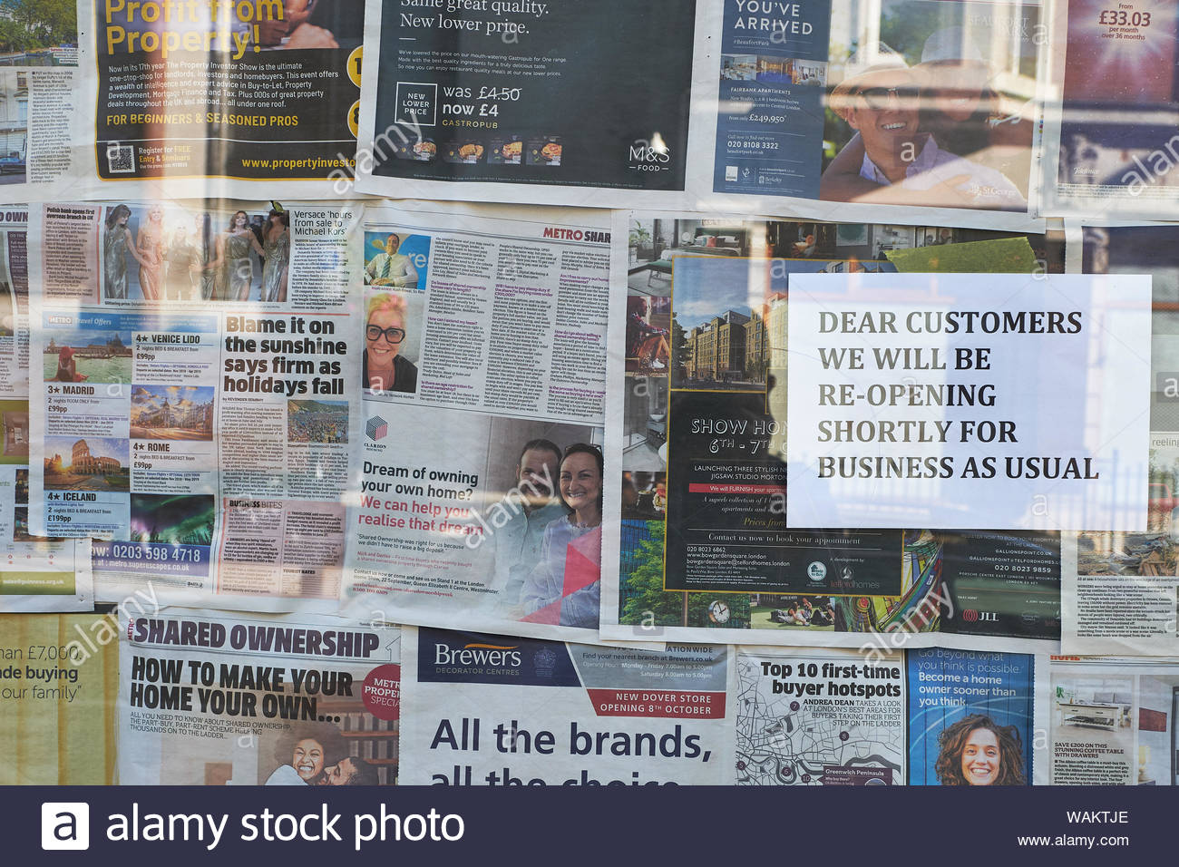 London, UK. 30th September, 2018. A shop window covered in newspapers with a sign reading: DEAR CUSTOMERS WE WILL BE RE-OPENING SHORTLY FOR BUSINESS A Stock Photo