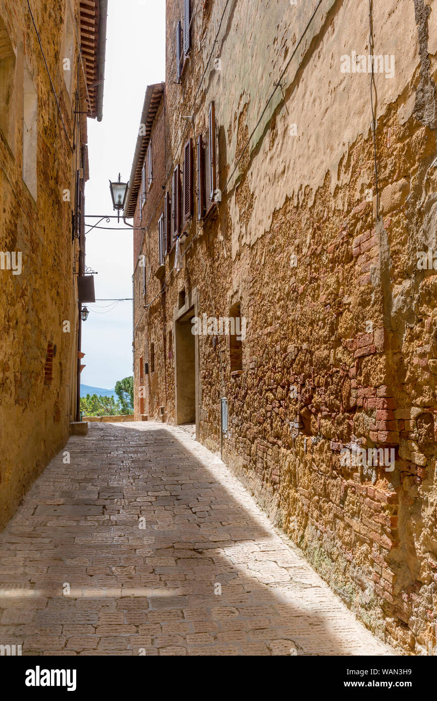 Fairytopia Narrow-alley-in-a-small-italian-village-in-the-country-WAN3H9