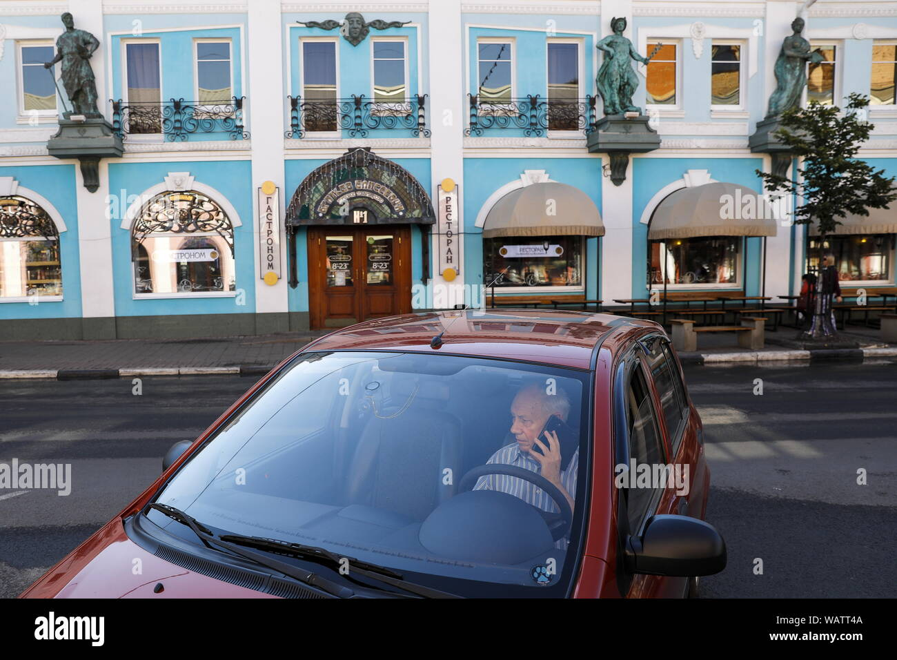 Yaroslavl, Russia. 20th Aug, 2019. YAROSLAVL, RUSSIA - AUGUST 20, 2019: A car parked near the grocery store Supplier of the Imperial Household. Artyom Geodakyan/TASS Credit: ITAR-TASS News Agency/Alamy Live News Stock Photo