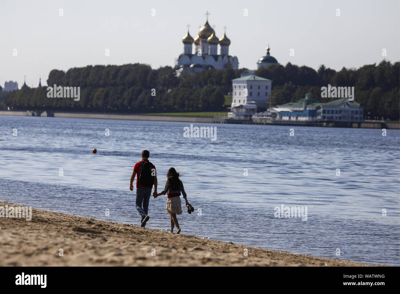 Yaroslavl, Russia. 20th Aug, 2019. YAROSLAVL, RUSSIA - AUGUST 20, 2019: A couple on the Volga beach opposite the Assumption Cathedral. Artyom Geodakyan/TASS Credit: ITAR-TASS News Agency/Alamy Live News Stock Photo