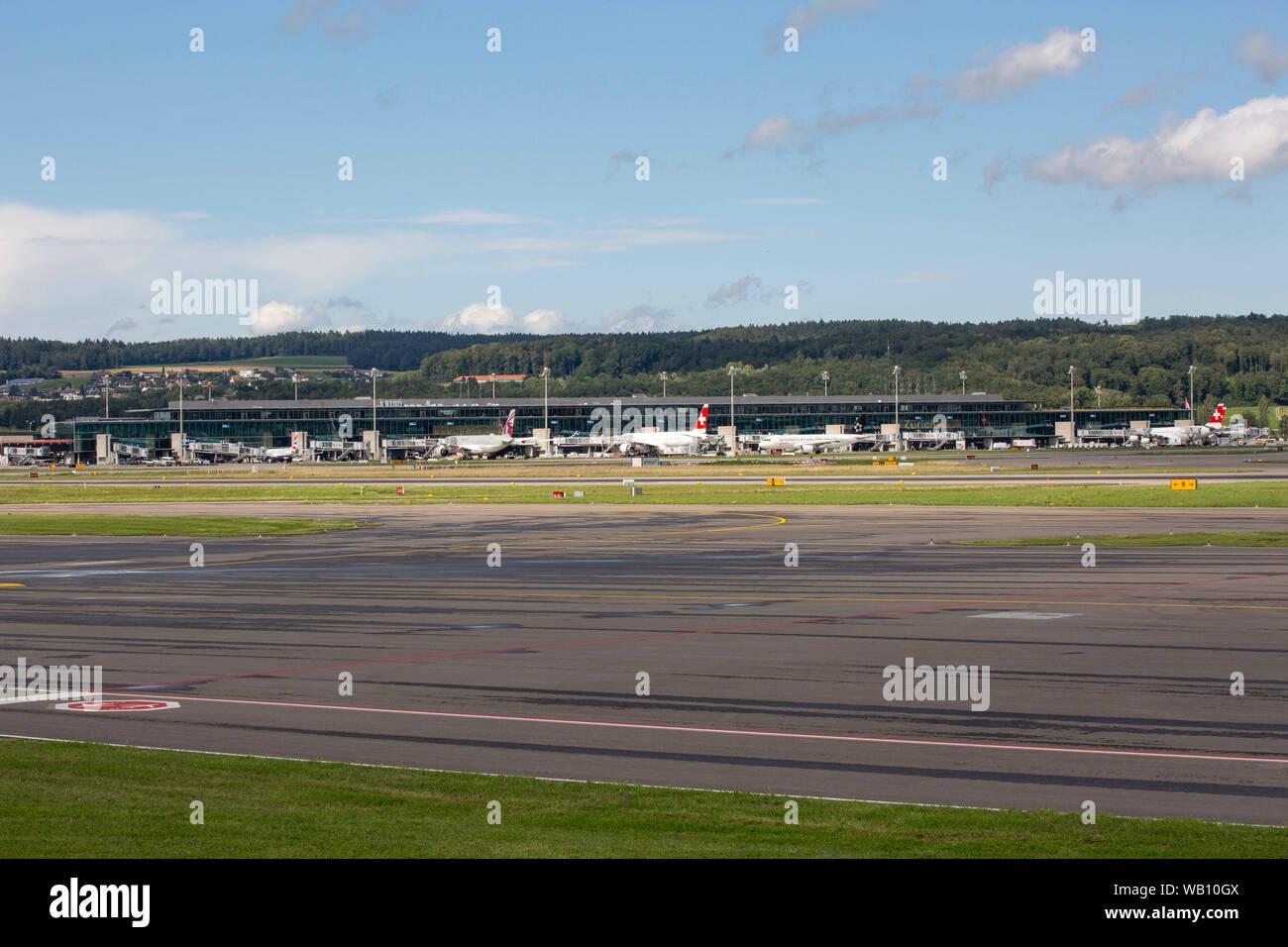 Flughafen-Vorfeld am Flughafen Zürich (ZRH). 15.08.2019 Stock Photo