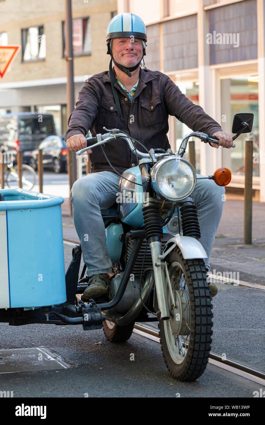 Jürgen Becker auf einem Motorrad mit Beiwagen beim Fototermin zum WDR-Film 'Besuch aus dem Westen - Jürgen Becker unterwegs im Osten Deutschlands' im Stock Photo