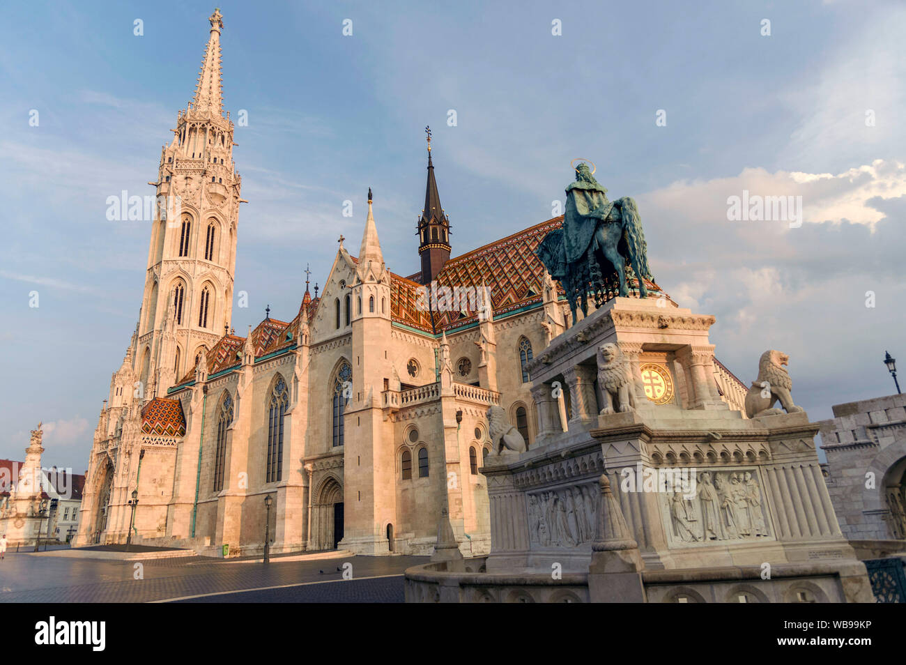 Statue of St. Stephen I in front of the Matthias Church / Mátyás-templom. Budapest, 24.08.2019 | usage worldwide Stock Photo
