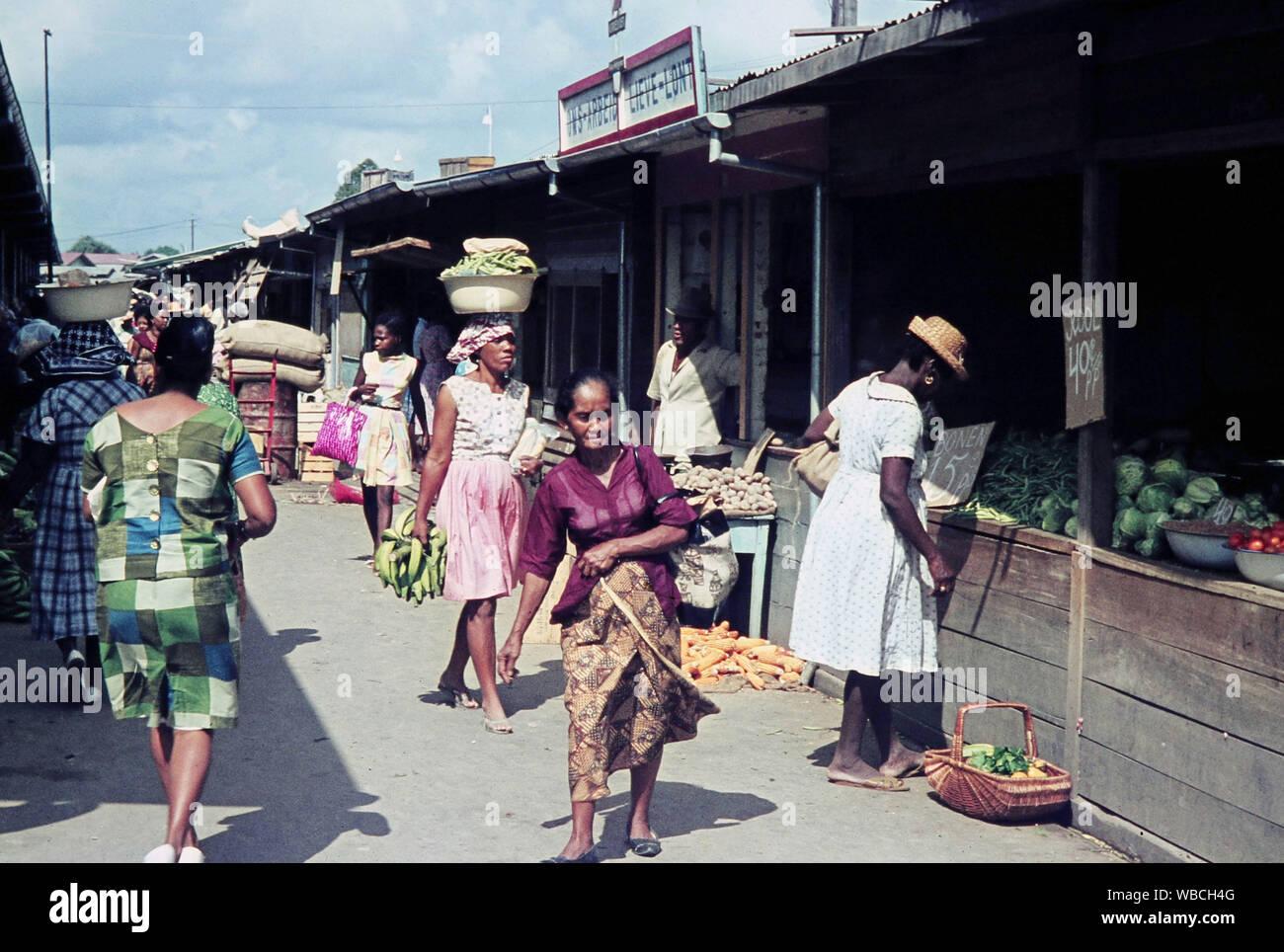 Menschen Auf Dem Markt In Paramaribo Hauptstadt Von Suriname 1960er Jahre People At The Market At Paramaribo Capital Of Suriname 1960s Stock Photo Alamy