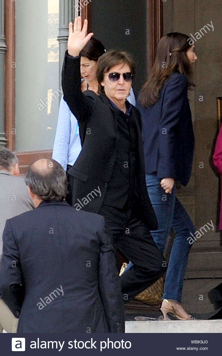 Paris France Paul Mccartney Waves Hello To Fans Upon Arriving At The Stella Mccartney Fashion Show To Support His Designer Daughter During Paris Fashion Week Akm Gsi October 1 2012 Stock Photo Alamy