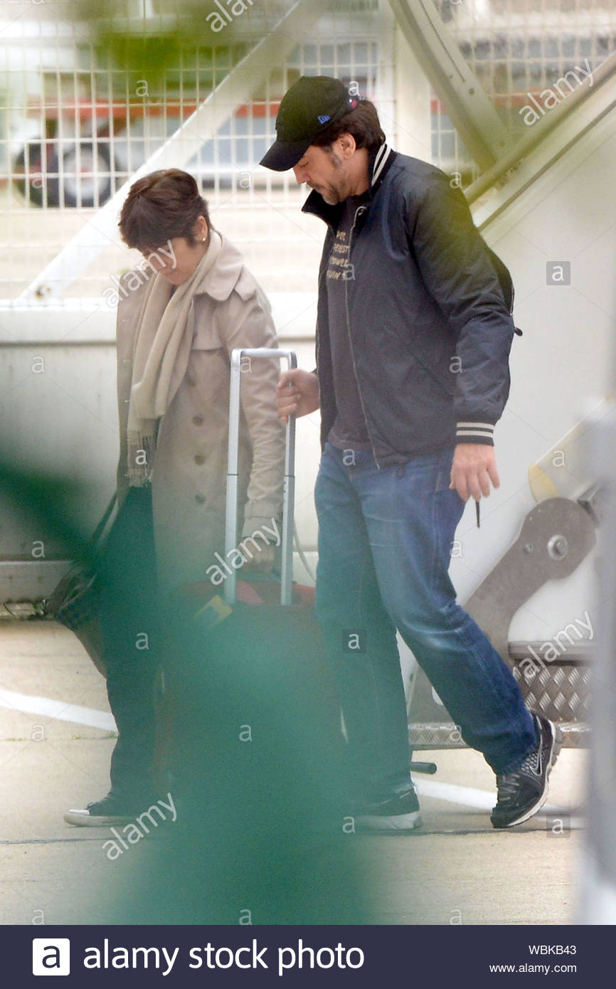 Paris France Penelope Cruz Arrives In Paris At Le Bourget Airport With Her Husband Javier Bardem And Their Son Leo The Trio Were Also Joined By The Rest Of The Skyfall