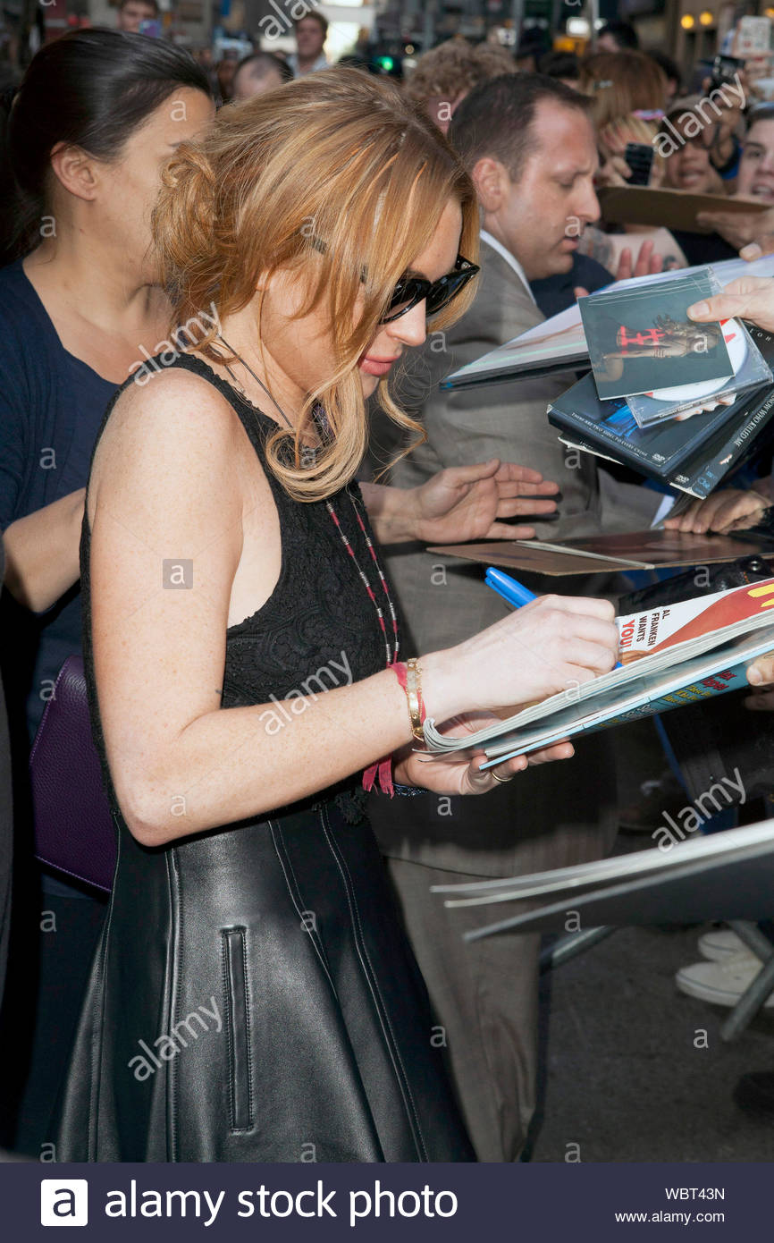 New York Ny Lindsay Lohan Is In A Great Mood After Her Appearance On Late Show With David Letterman The Scary Movie 5 Star Showed Some Leg Wearing A Black Top