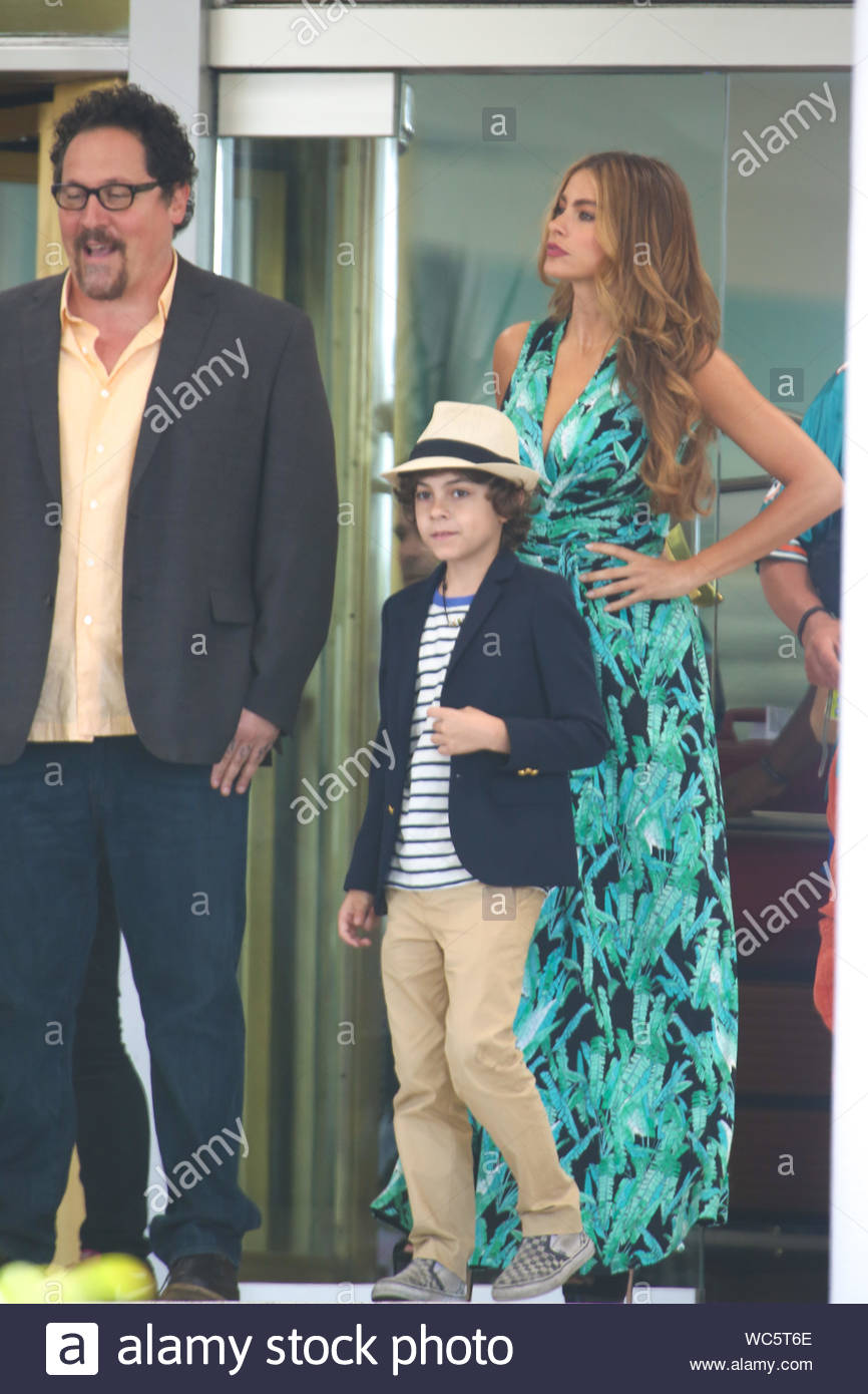 Miami Fl Colombian Beauty Sofia Vergara And Co Star Jon Favreau Begin Working On Their Next Film Chef Outside The Fontainebleau Miami Beach Hotel Vergara Was All Smiles Wearing A Patterned Green
