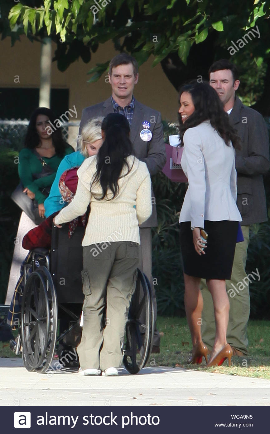 Santa Monica Ca Parenthood Actress Monica Potter And Her On Screen Husband Actor Peter Krause Film Scenes For The Same Show At A Santa Monica Area School The Emotional Scene Depicts A