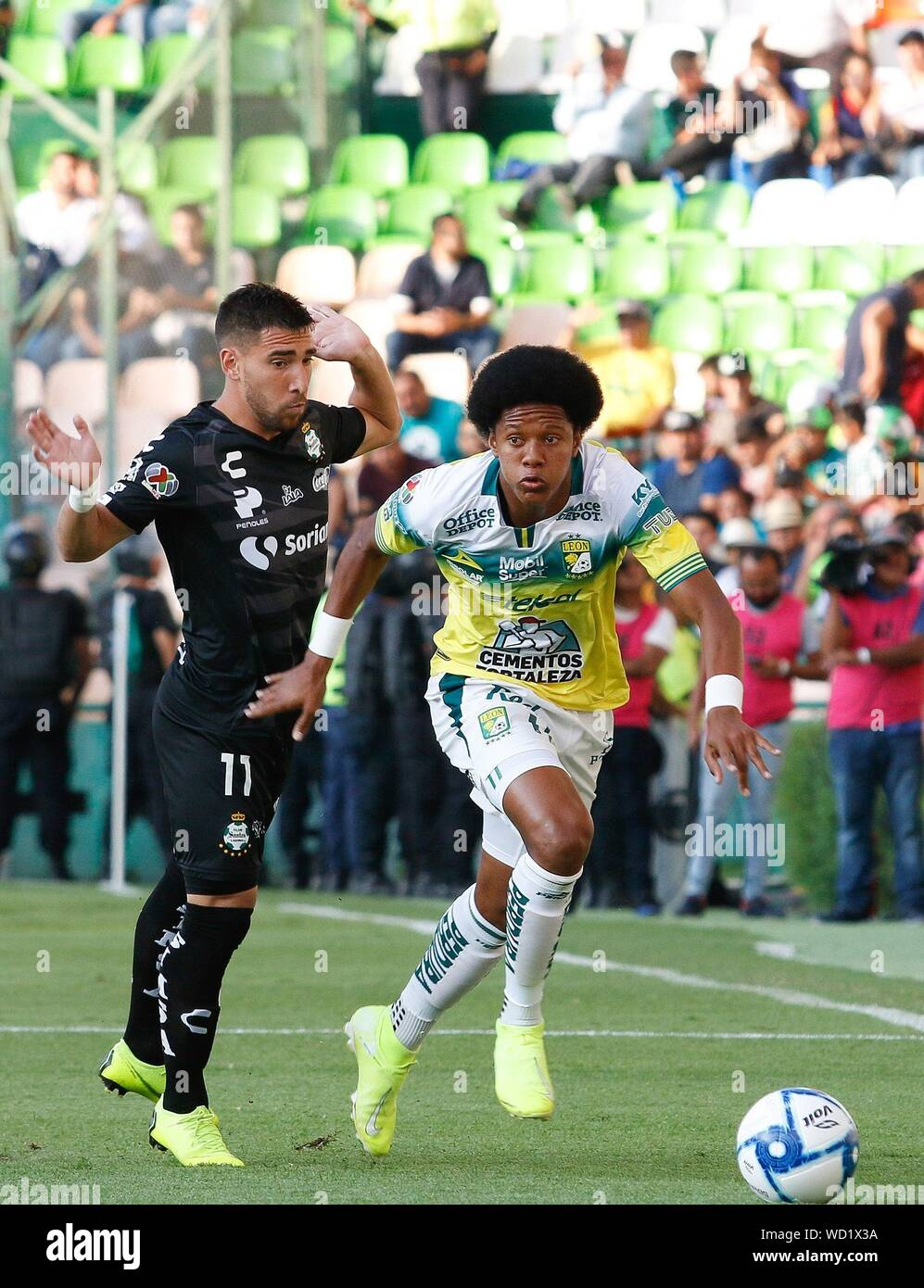 Leon, Mexico. 29th Aug, 2019. Leon's Yairo Moreno (R) in action with  Santos' Fernando Gorriaran (L) during their Mexican tournament soccer match  at Nou Camp stadium in Leon, Mexico, 28 August 2019.