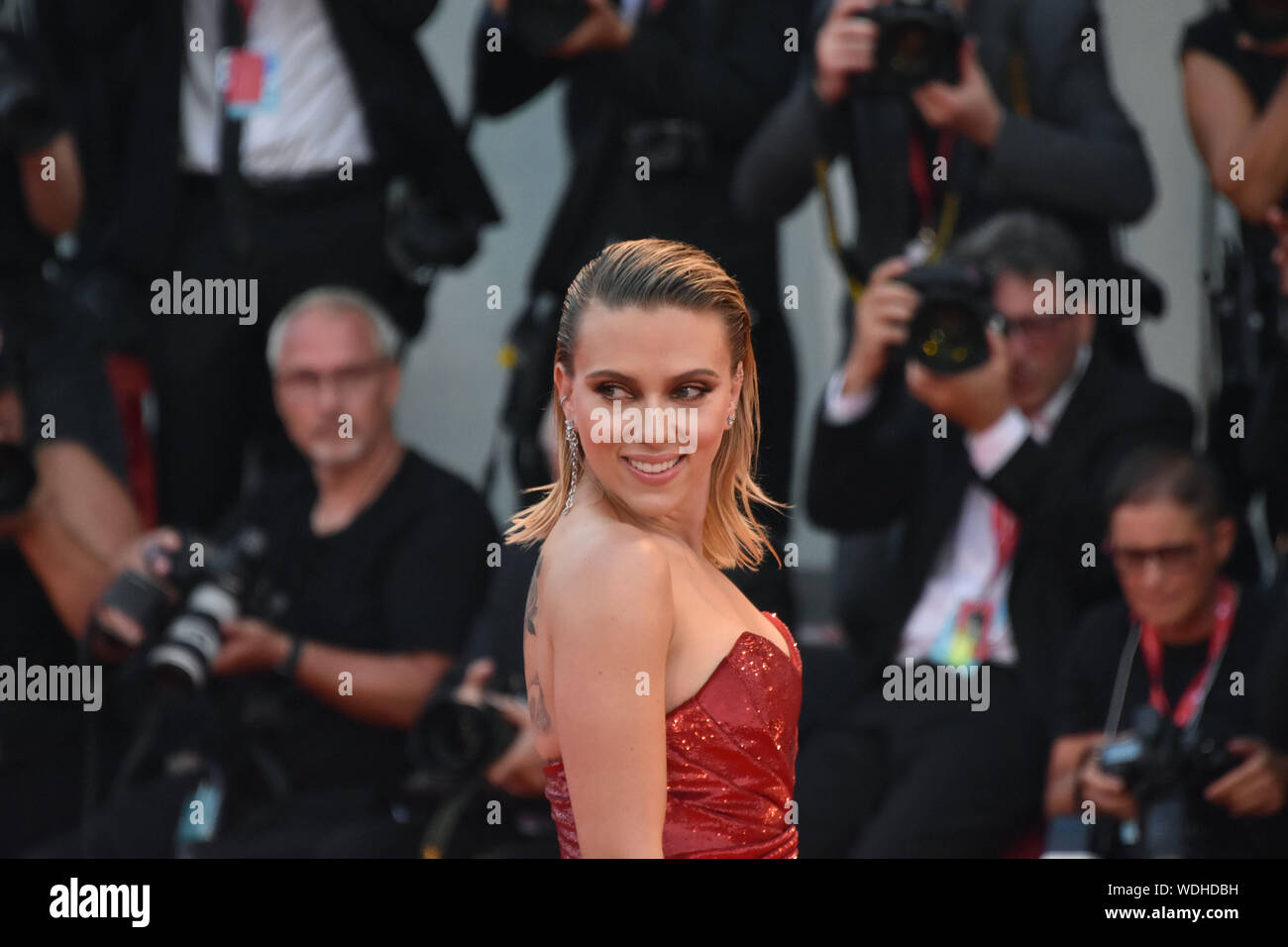 """VENICE, Italy. 29th Aug, 2019. Scarlett Johansson walks the red carpet ahead of the """"Marriage Story"""" screening during the 76th Venice Film Festival at Sala Grande on August 29, 2019 in Venice, Italy. Credit: Andrea Merola/Awakening/Alamy Live News Stock Photo"""