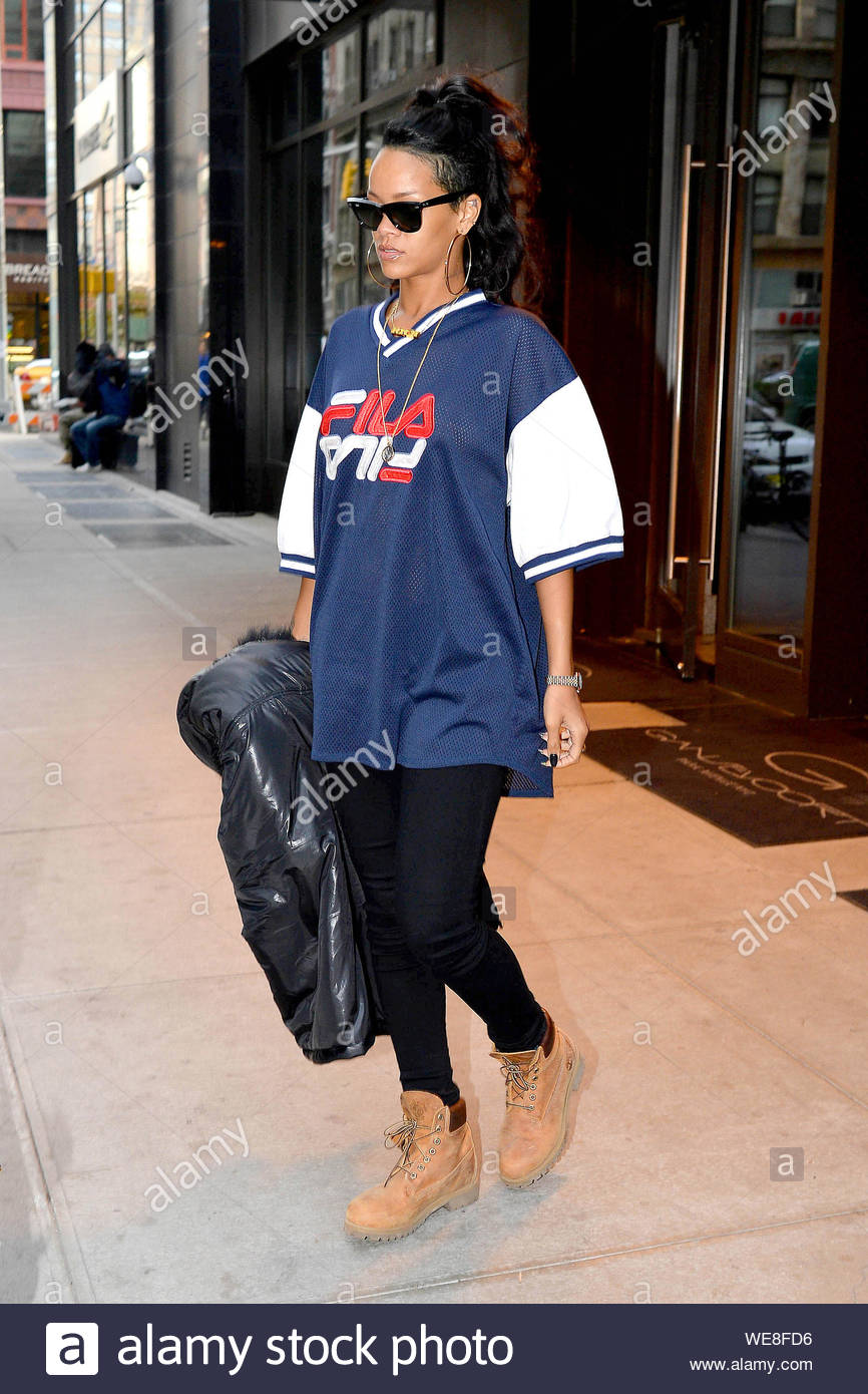 New York, NY - Rihanna steps out in New