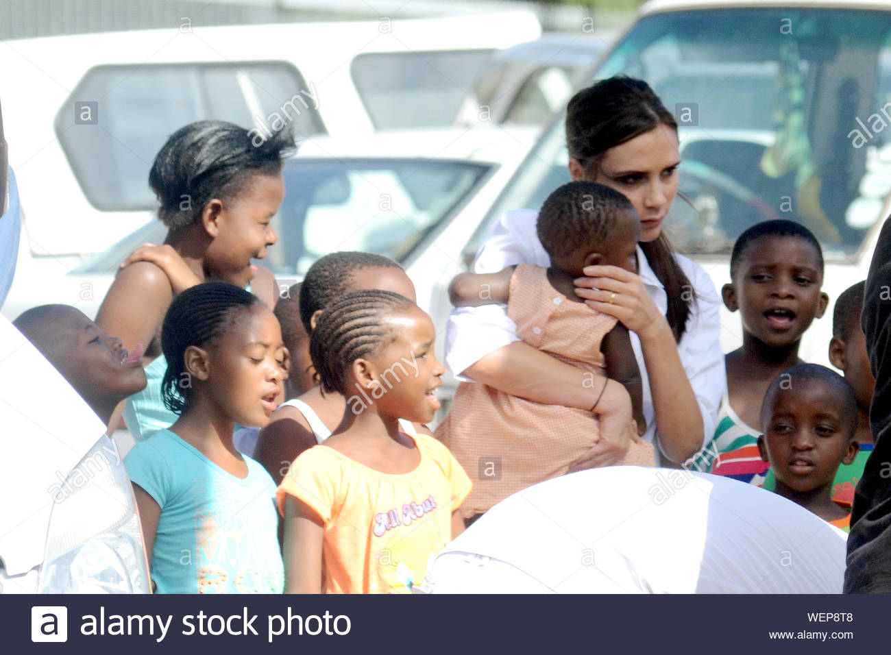 Cape Town South Africa Victoria Beckham Poses With An Adorable Little Girl For A Photo Shoot