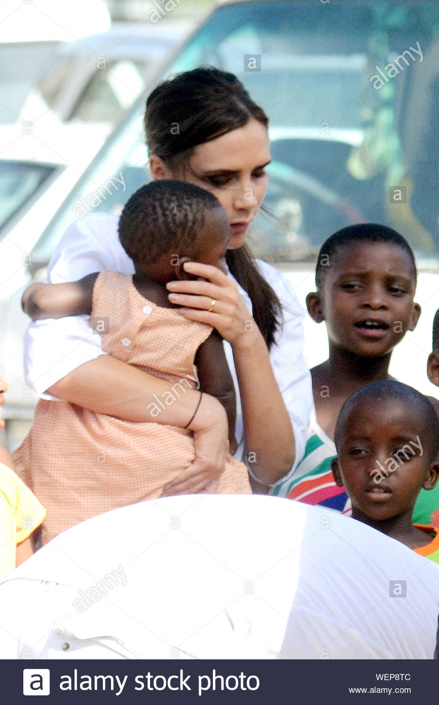 Cape Town South Africa Victoria Beckham Poses With An Adorable Little Girl For A Photo Shoot With World Renown Photographer Annie Leibovitz In Cape Town South Africa The Fashion Designer Tweeted