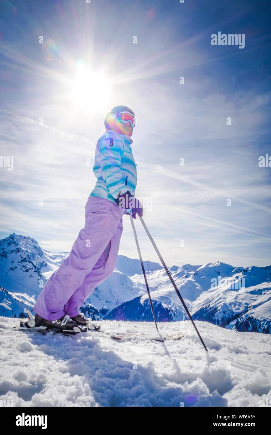 Portrait Frau lachend beim Skifahren Stock Photo